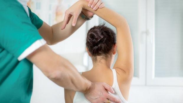 拉單槓、游泳...脊椎側彎了,到底該做哪種運動才能改善?