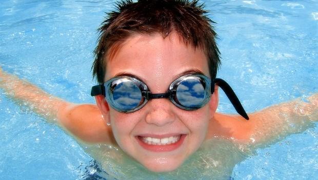 泳鏡的度數,要比近視少100度?台大眼科醫師教你:2重點挑對「泳鏡」