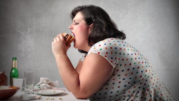 肚子不餓但就是想一直吃?營養師教你7個症狀判斷「暴食症」