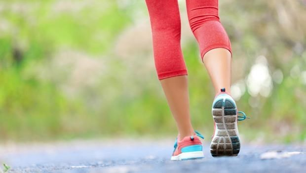 光靠飲食不夠!趁年輕防骨鬆就靠「收小腹健走」,到100歲不跌倒、不臥床