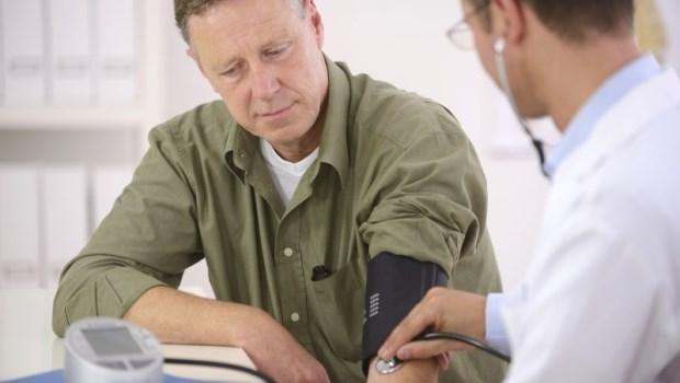 長時間趴桌上、起床過猛...心血管名醫警告:4種高血壓患者不該做的危險動作
