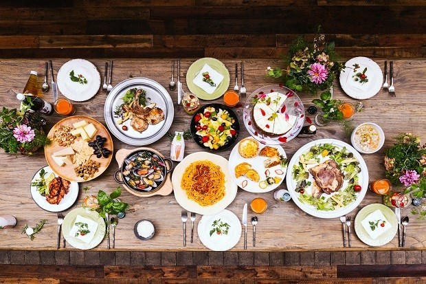 【西式餐桌推薦菜色】前菜:有機沙拉盤 /小點心:法式鹹派、起司拼盤 /主菜:火烤肋眼牛小排、法式香料戰斧豬排、BBQ二節翅、義大利波隆納肉醬義大利麵、紅酒悶紐西蘭淡菜/湯品:西式蔬菜雞湯 /飲料:有機紅蘿蔔汁