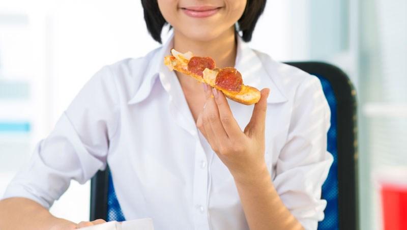 不怕失控變成大胖子!日本50大名醫傳授:吃飯前按壓2個「小鳥胃穴道」有效抑制食慾/