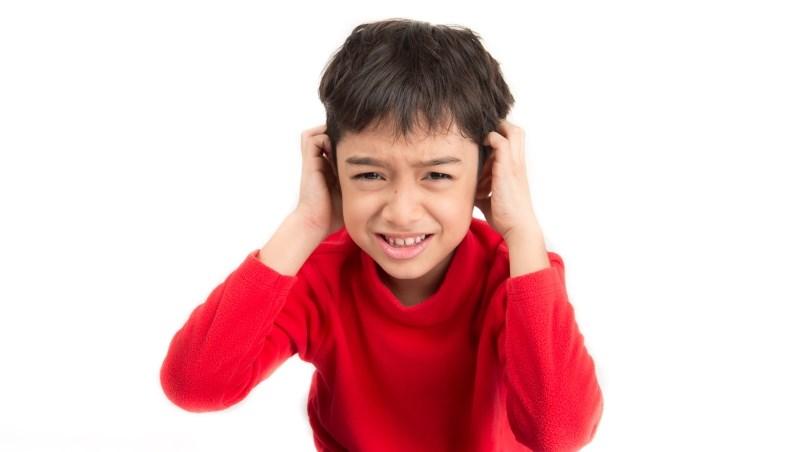 孩子沒帶書包在幼稚園門口發脾氣,外公不但道歉還買玩具安撫...長輩寵孫子,能寵一輩子?
