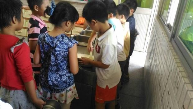 「有同學說你每次夾主菜都夾很多…」和青春期孩子溝通,專家用故事教你突破僵局