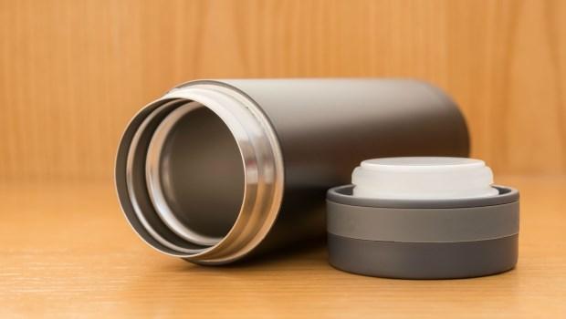 保溫瓶是細菌溫床,死角多又難清!免刷~●●水浸泡30分鐘,茶垢、咖啡漬全部溶解出來