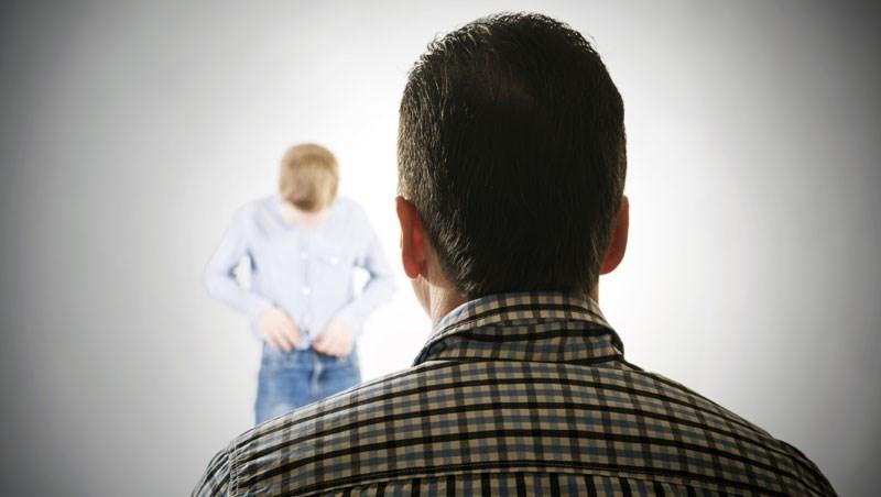 「我像靈魂出竅一樣,浮在天花板上看著自己和我爸...」那些童年被性侵的男性告白