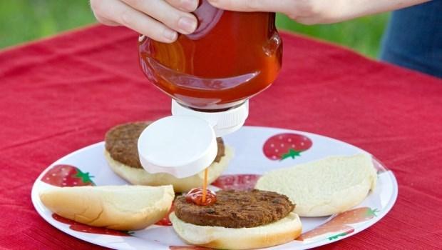 番茄醬倒不出來,狂拍瓶底是沒用的!只要輕敲這裡,番茄醬就會順順的流下來....