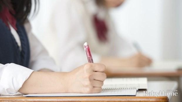 大人可以花錢找人做事,為什麼我不能花錢請同學寫作業?心理師教爸媽這樣應對!