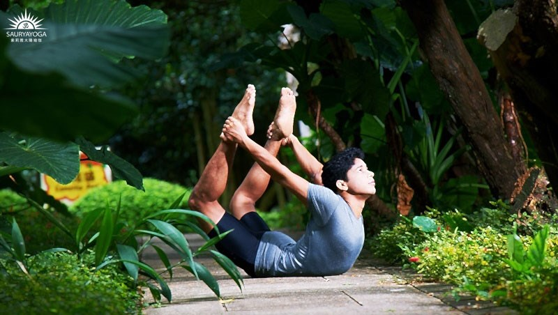 痘痘長滿臉,擦藥也沒用...印度瑜珈大師:3招「扭轉身體」調和內分泌,把體內毒素清光光/