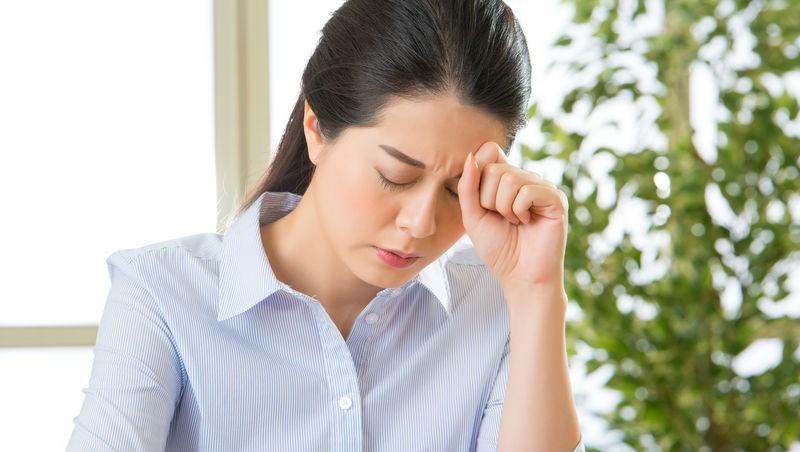 「頭痛,想睡一下...」27歲準新娘竟腦幹出血往生!醫師警告:頭痛會致命,3種情況快就醫