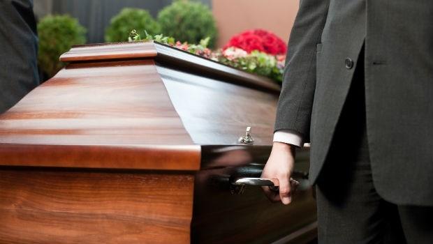 接礦工病友回家照顧、自掏腰包為病人買棺材...》50年代兩位老醫生給病人家屬的感動