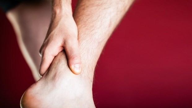 腳踝扭傷很難好?運動醫師教你「單腳站訓練」,告別慣性扭傷的惡性循環!