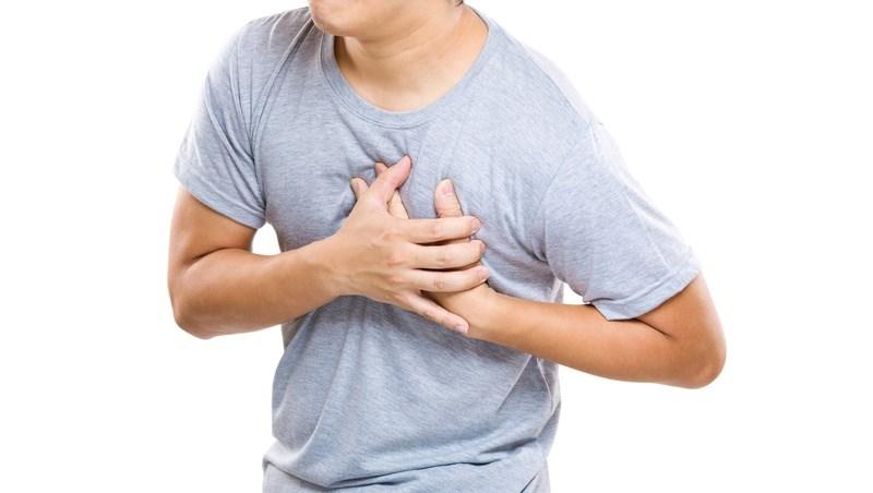胸口灼熱以為火燒心,沒想到竟是冠狀動脈堵塞!健檢醫師:小看牙周病,就是助長心臟病