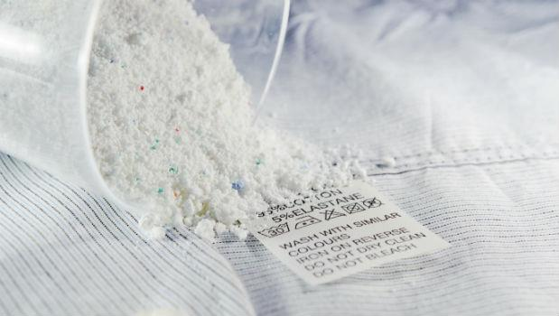 你以為衣服是真的變白了嗎?抓毒博士破解「增豔亮白洗衣粉」的恐怖真相