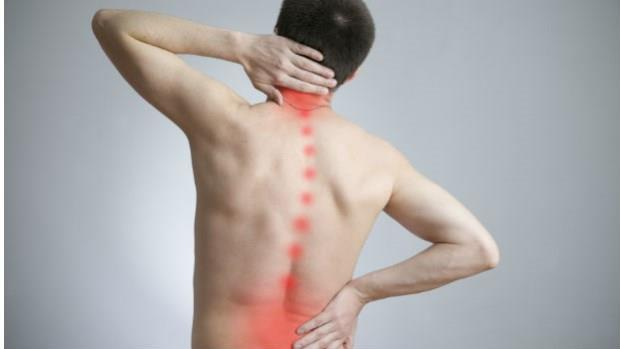 肩頸痠、胃下垂是因為脊椎老化!3分鐘「牆壁扭轉操」,把脊椎調回正確位置