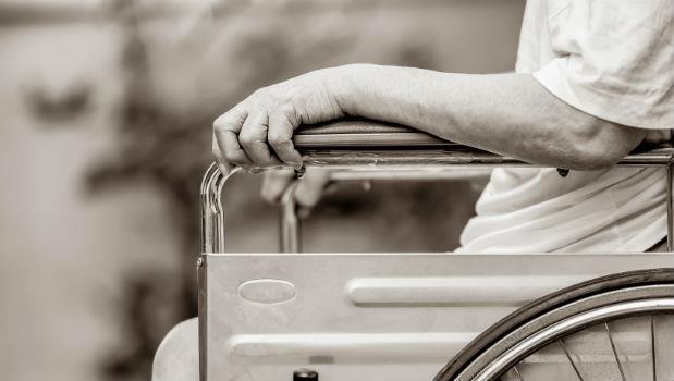 哀傷~失智老人淪為外勞仲介道具,坐著輪椅被推去大小醫院騙「巴氏量表」