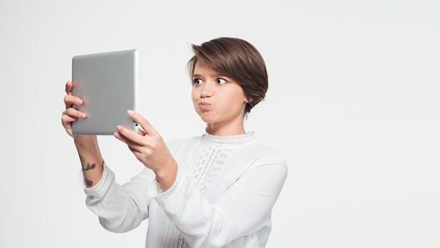 「臉鬆」就是老化的證據!每天10秒鐘,一個動作消除惱人雙下巴