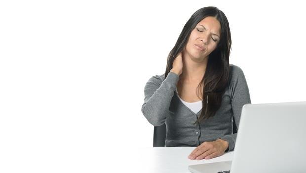 電腦用了一整天,肩膀好僵硬?在書桌上準備一顆網球,2分鐘告別痠痛