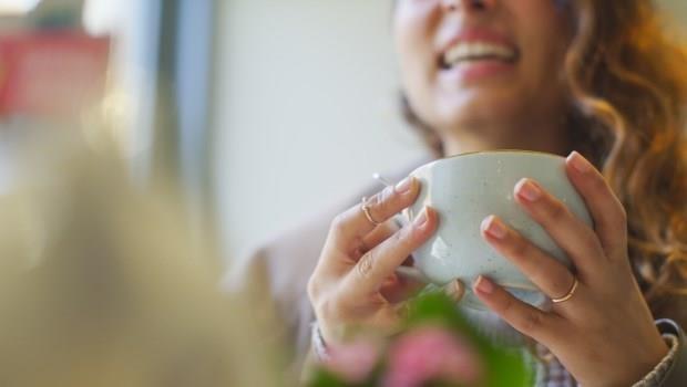 愛喝咖啡、紅茶又怕牙齒染色?喝得時候加點●●,就能防止滿口黃牙