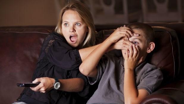 爸媽太保守,看電視「接吻就轉台」,兒子長大後變這樣...