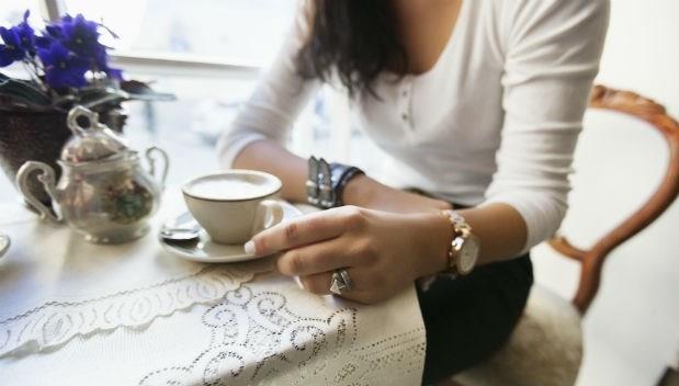 在咖啡店偷聽隔壁桌聊天:冷感妻子一天3招狂練性技,結果老公卻....