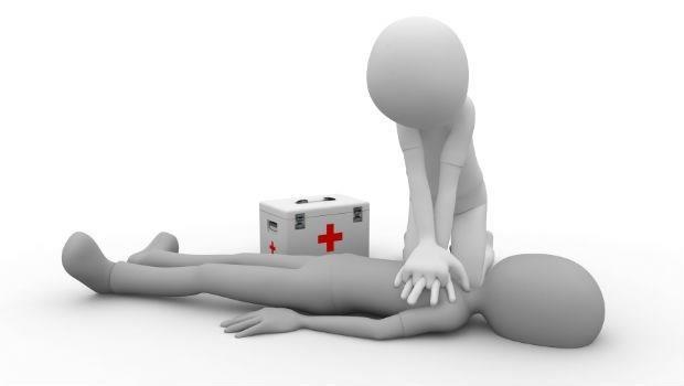 千萬不要壓肚子催吐水!每個人都要會~急診醫師教你:溺水的現場急救方法