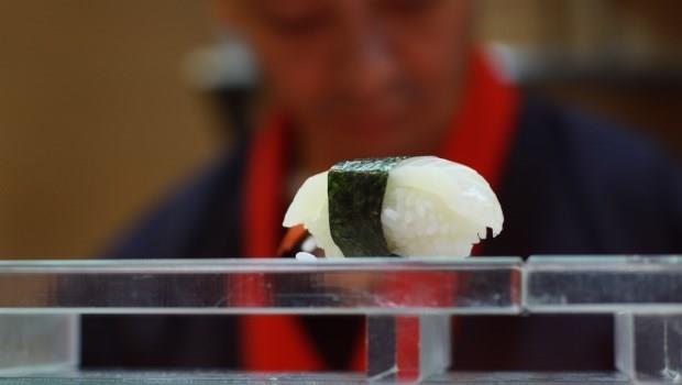 壽司店裡,一張堅持21年不漲的手寫價格表,是72歲老闆對離世妻子的想念
