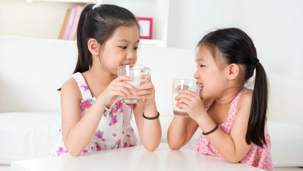 爸媽們,把補鈣營養品的錢省起來吧!兒科醫師:很少孩子會「缺鈣」的啦