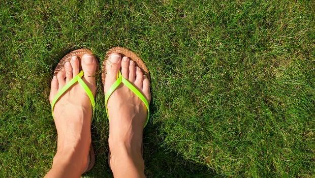 穿夾腳拖走路,別超過一小時!復健科醫師:穿夾腳拖前,你該知道的6件事