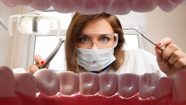 長智齒一定要拔掉?嚼口香糖會讓臉變大?40年牙科名醫一次解惑7大常見口腔問題