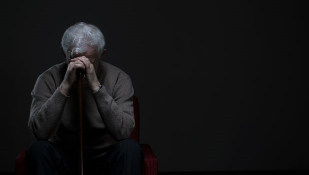獨居老人爬在地上拖行,最後孤獨死去,卻告訴兒子「一切很好」...高齡化社會的悲哀