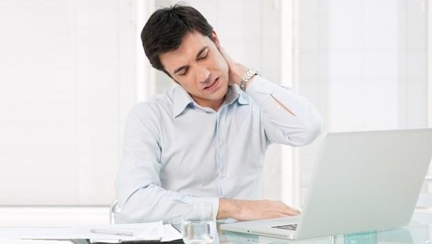 久坐族學起來!一個動作防痠痛,把腰背僵硬的肌肉全部伸展開來