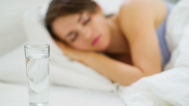 睡前一杯水,是讓你熟睡的寶水!日本五十大名醫傳授「深層熟睡法」