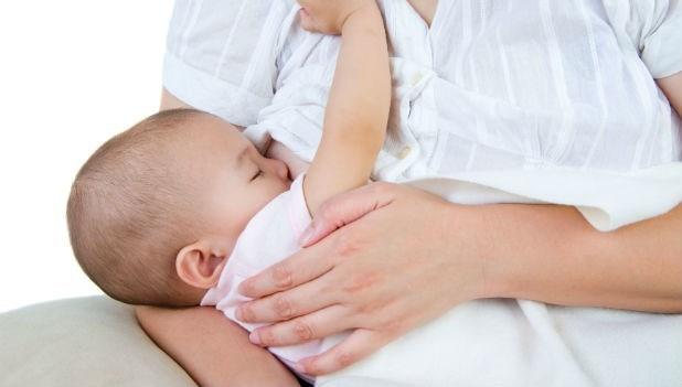 乳腺發炎了,還能餵母奶嗎?嬰兒把「膿膿的乳汁」喝下肚後,結果就...