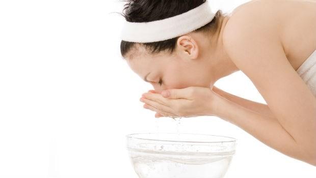 早上洗臉該用清水還是洗面乳?皮膚科醫師教你2個方法判斷