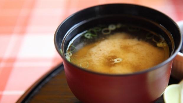 不喝咖啡就無法集中精神?這可能是「腎上腺疲勞」,喝味噌湯能緩解