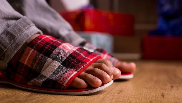 在家穿「拖鞋」,其實很傷腳!物理治療師一次整理「對腳有害」的3個壞習慣
