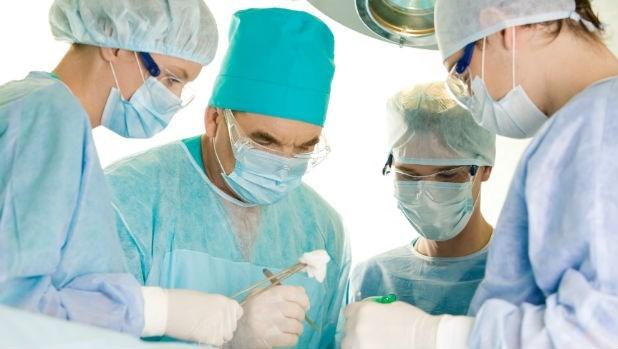 開刀時用廉價紗布,醫師還要花時間清理傷口上的棉屑...小心省錢醫院,把人命也省掉了