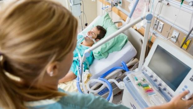 「隔壁床吐得滿地都是血...」一個急重症病人的心疼告白:護士小姐實在太辛苦了