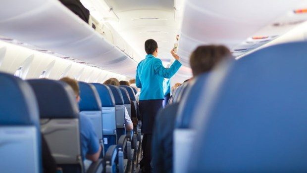 飛機上廣播有病人,你會選擇站出來嗎?這位醫師起身的瞬間,卻被太太拉住…