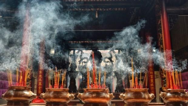 生病到廟裡拜拜,結果卻被廟公塞名片...一個真實故事告訴我們:拜完神還是要看醫生