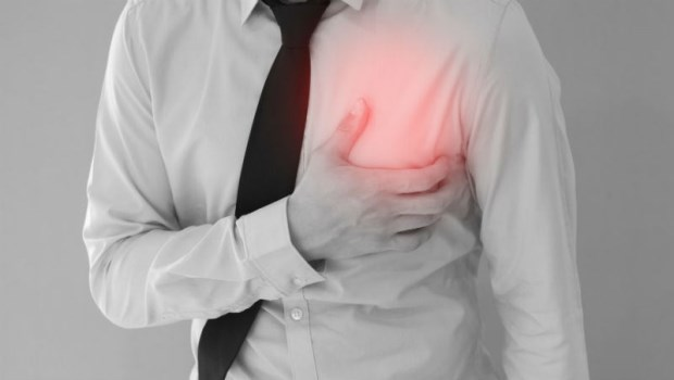 心肌梗塞發作時只有胸口會痛?錯!這2個意想不到的症狀,也是心肌梗塞警訊
