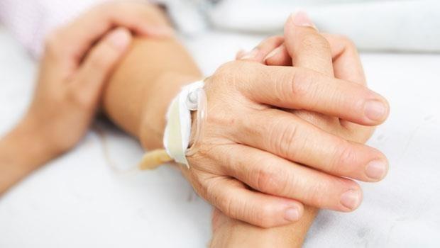 「求求你,放了我吧!」老人被硬綁在病床上死去...醫療是在救人,還是在折磨人?