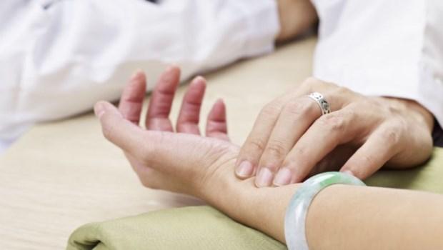 把脈也被診出乳癌?OL胸悶、喘不過氣,到醫院檢查結果竟是...