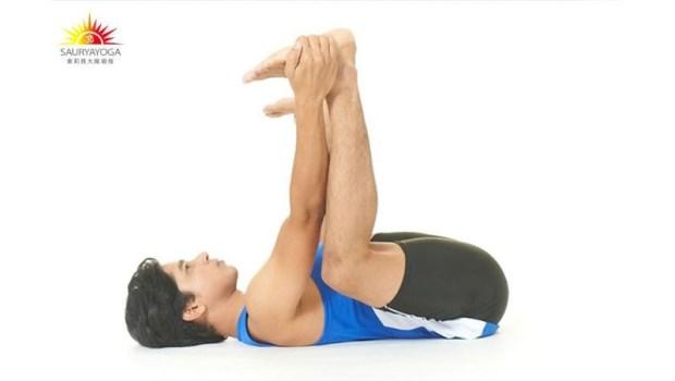最適合膝蓋不好的人!按摩脊椎、舒緩下背痛...躺在地板做一個動作,有這11種好處