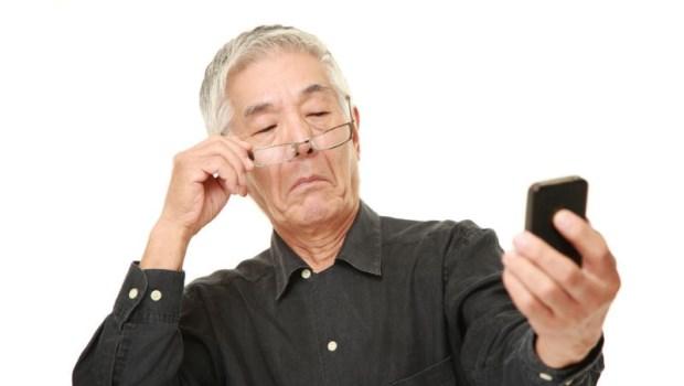 戴老花眼鏡用電腦,是在折磨你的眼睛!老花眼自癒法:重啟你閱讀小字的能力