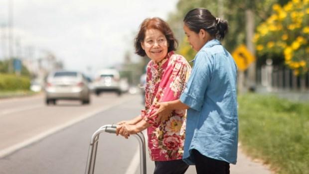 8個親生子女,不如1個外籍看護...父母老了都靠他們照顧,是不是應該對他們好一點