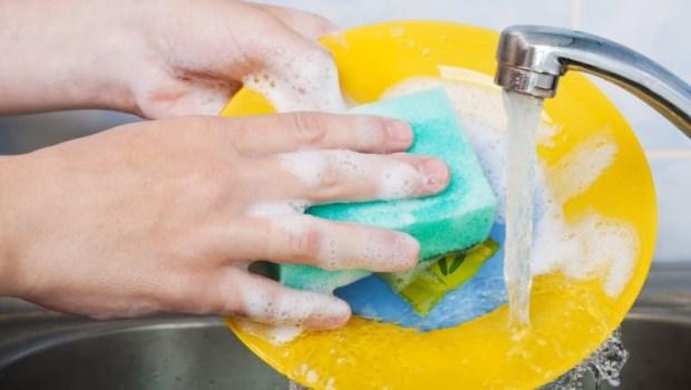 洗完碗,盤子上還是殘留海鮮腥味?學起來!加一種調味料就能洗掉