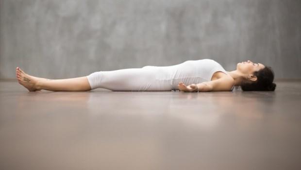 睡眠不足對疼痛感會增加30%!德國骨科權威教你「平躺」,告別痠痛,找回身心平靜